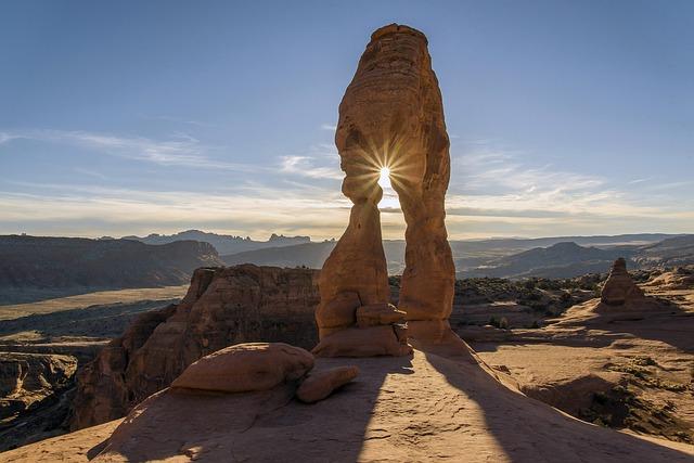 slunce za kamenem.jpg